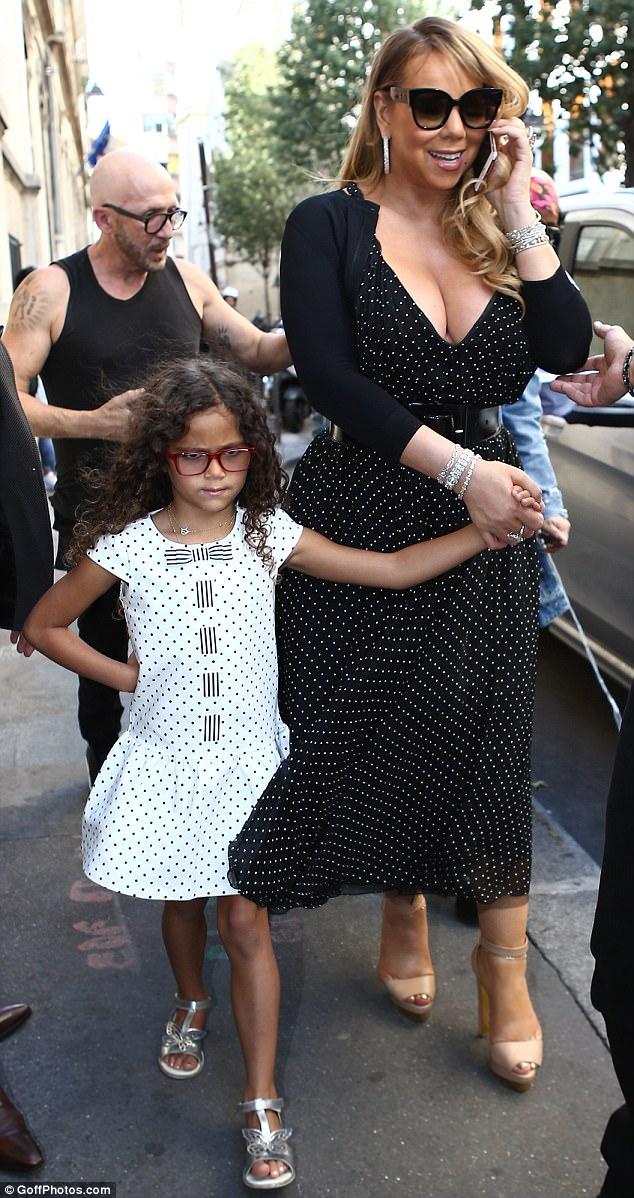 Con gái 6 tuổi của Mariah Carey chống nạnh, làm mặt cau có trước ống kính máy ảnh - Hình 4