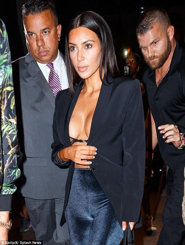 Tưởng đã hết chiêu trò, Kim lại sáng tạo thêm style mặc như không khoe vòng 1 táo bạo