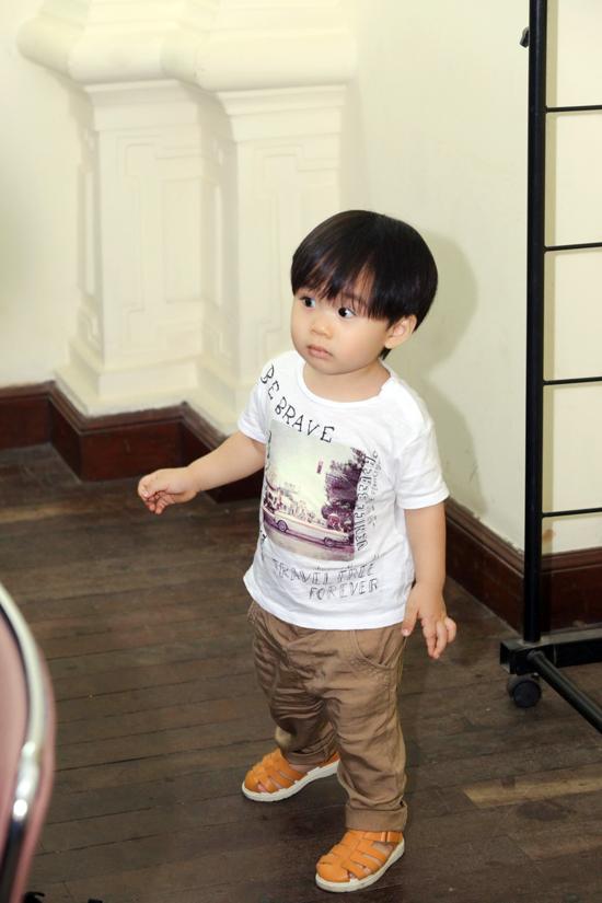 Con trai Tùng Dương bám riết lấy bố ở hậu trường show diễn