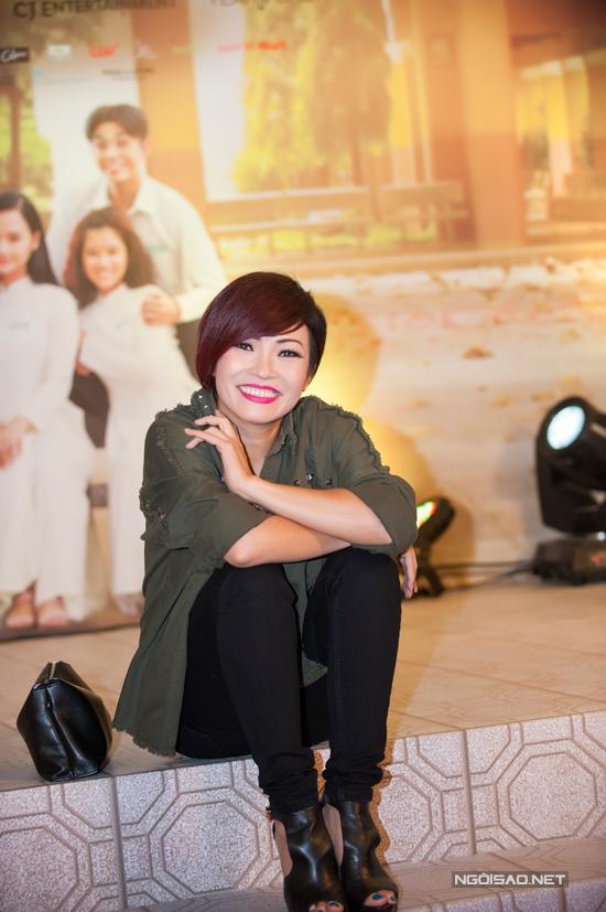Miu Lê khoe trọn vai trần với váy trễ nải tại Hà Nội