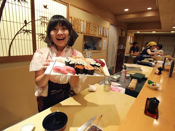 Là món ăn truyền thống nhưng phụ nữ Nhật từng không được làm sushi vì lý do này