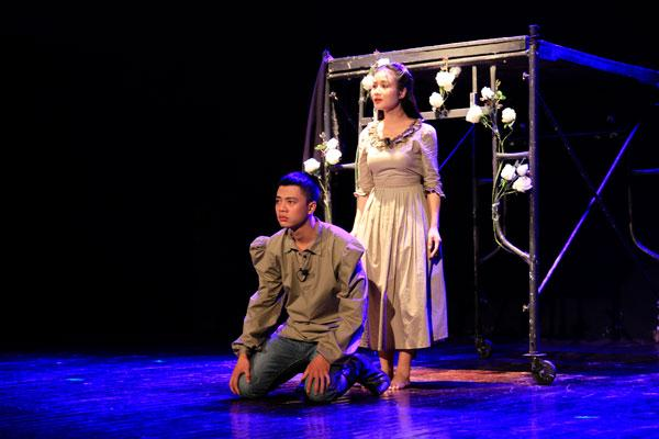 Lương Bổng Người phán xử tái xuất trên sân khấu kịch