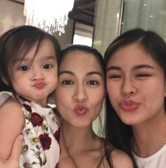 Con gái mỹ nhân đẹp nhất Philippines chu mỏ làm duyên cực dễ thương