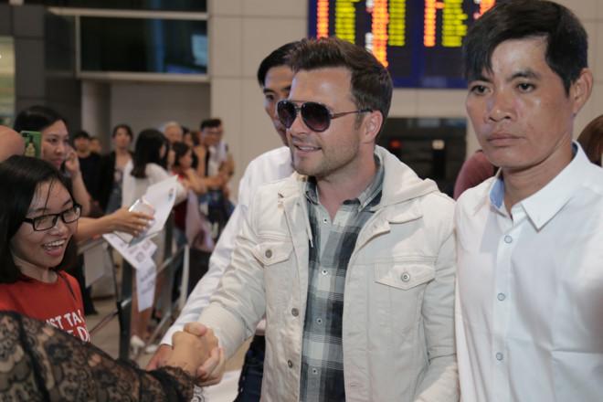 Cựu thành viên Weslife thân thiện với fan khi đến Sài Gòn