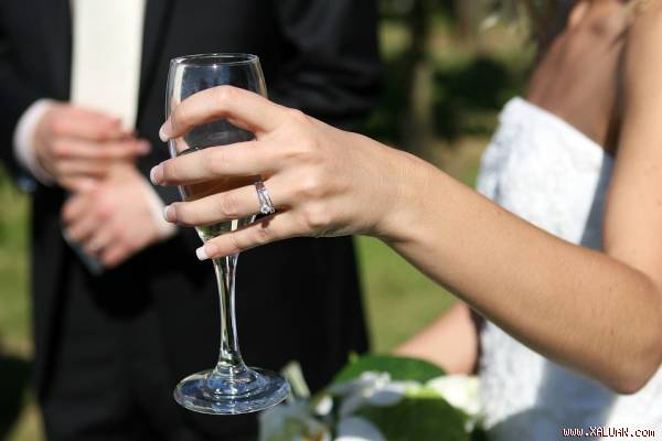 Đi dự đám cưới thằng bạn thân, đến khi cô dâu chú rể ra chào tôi tái mét mặt