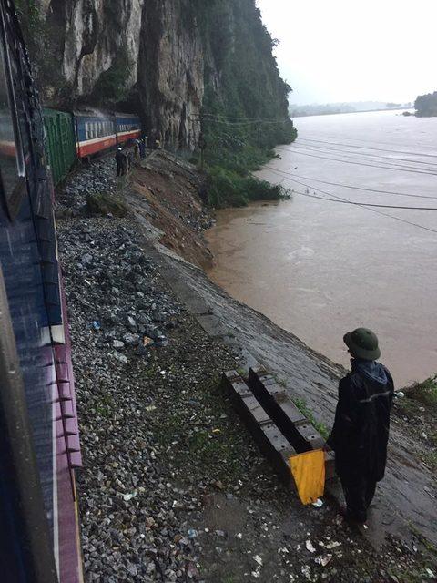 Đường sắt tê liệt, 4.000 hành khách mắc kẹt vì bão số 2
