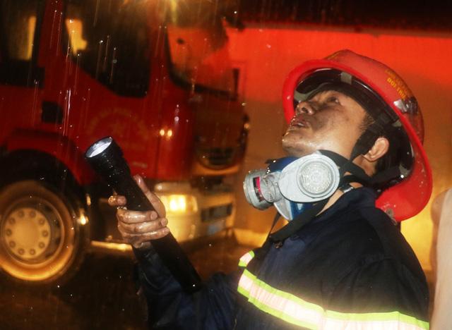 Giải cứu 7 người mắc kẹt trên tầng thượng tòa nhà cháy trong mưa bão