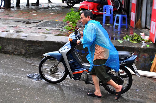 Hà Nội mưa trắng trời, ngập tứ phía do ảnh hưởng bão số 2