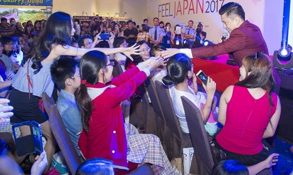 Lam Trường vội lau son vì bị fan nữ cưỡng hôn
