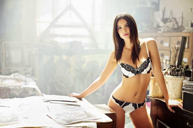 Siêu mẫu Emily Ratajkowski than vãn vì... vòng 1 bốc lửa