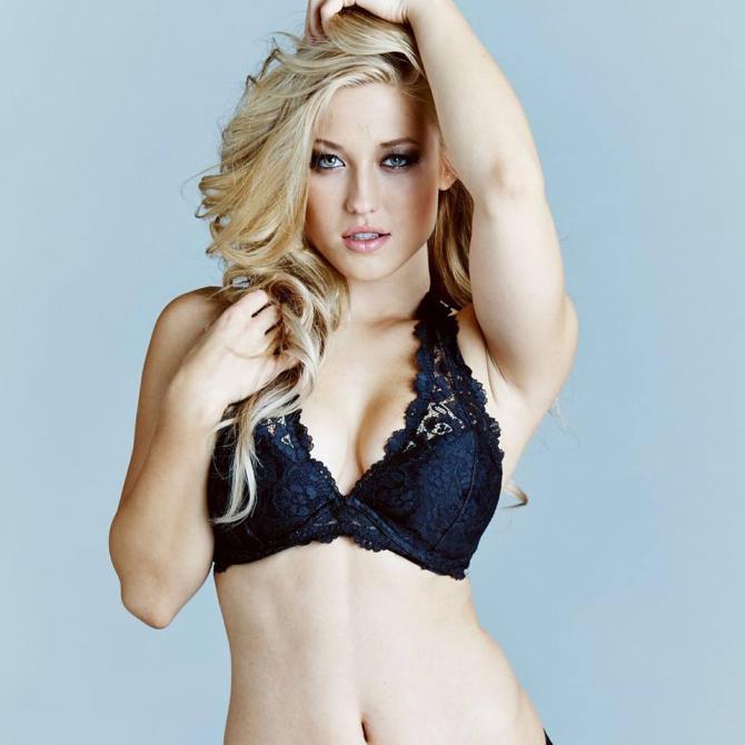 Stefanie Knight: Siêu mẫu Playboy bẻ cong mọi ánh nhìn