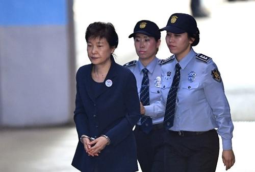 Giường của bà Park Geun-hye gây đau đầu cho Nhà Xanh