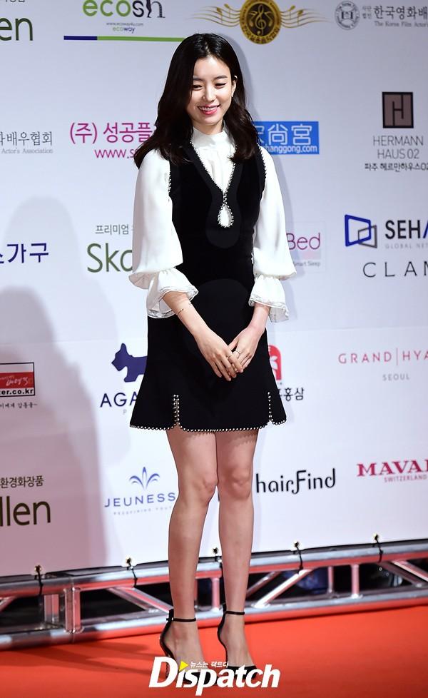 Mỹ nhân cười đẹp nhất Hàn Quốc nghiện nặng váy công sở