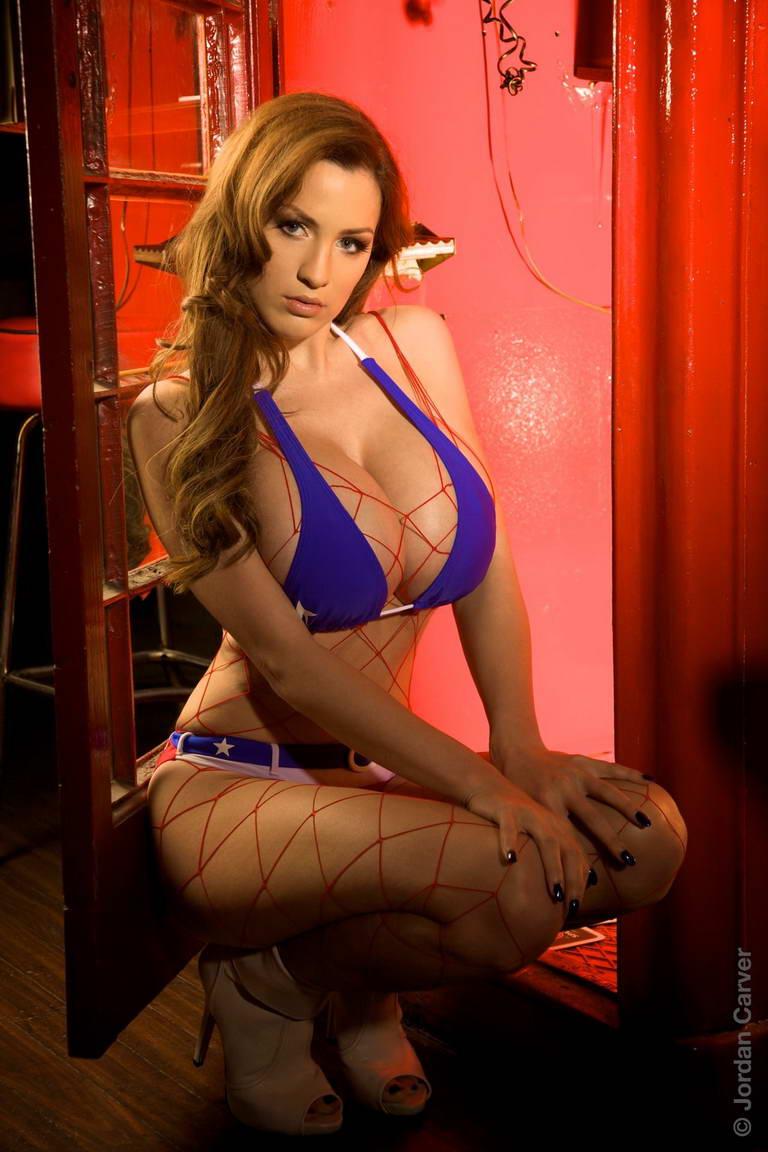 Girl xinh siêu khủng Jordan Carver bikini