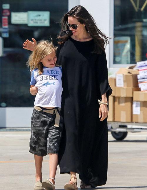 Con gái út lí lắc bên Angelina Jolie trên phố