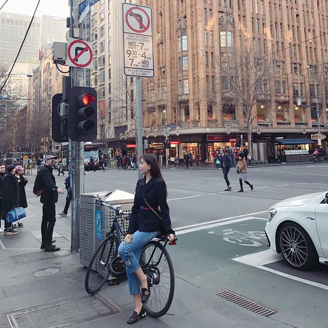 Không chỉ xinh đẹp, HH Lam Cúc còn chứng tỏ khả năng mix đồ cực chất tại Melbourne