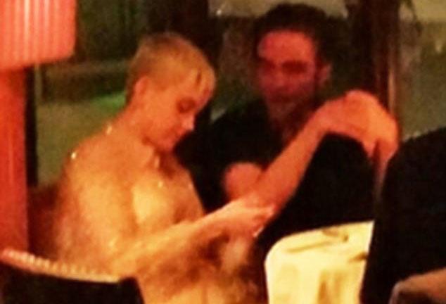 Hôn thê của Robert Pattinson bị bắt gặp thân mật bên người đàn ông khác