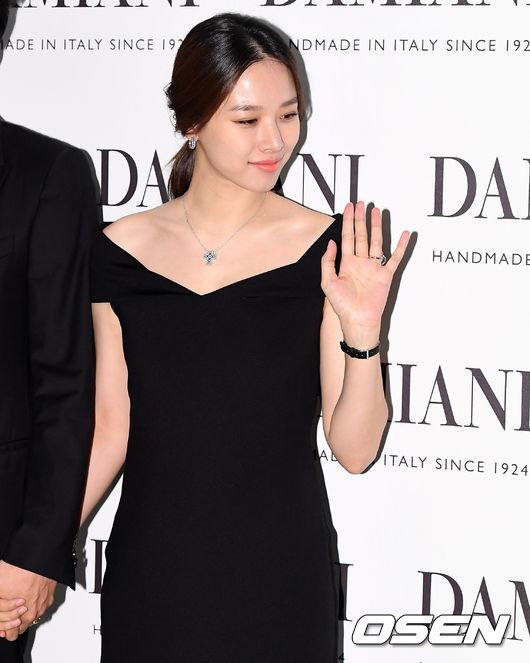 Lee Dong Gun dịu dàng chăm chút cho bà xã bầu bí