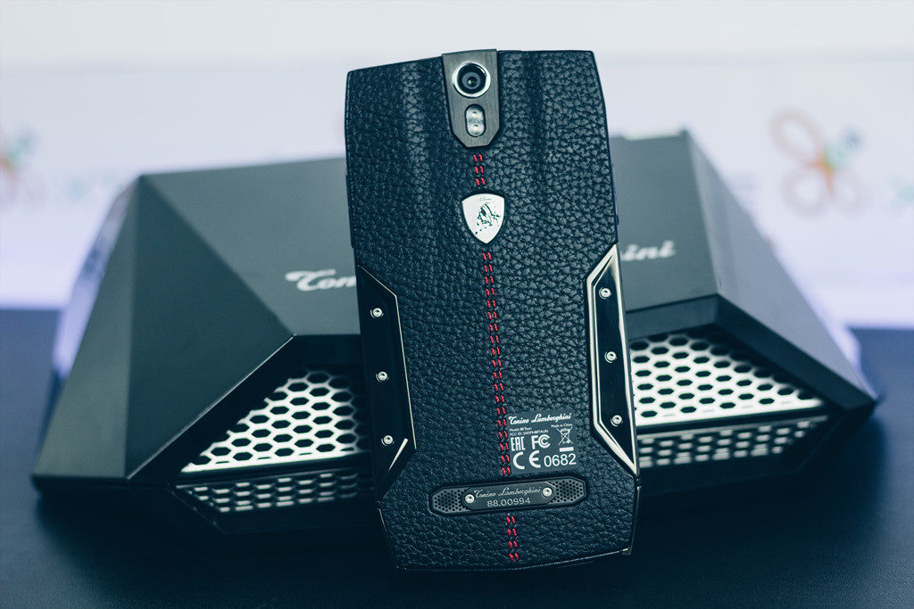 Smartphone Lamborghini cấu hình ngang Bphone giá 100 triệu ở VN