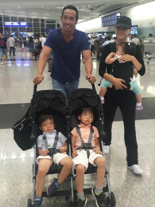 Trần Hào đứng ngồi không yên chờ đón vợ con ở sân bay