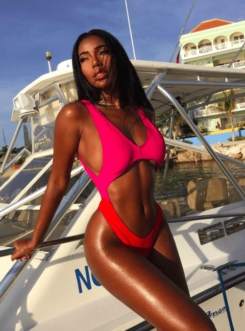 """Kiểu bikini """"xôi thịt"""" kỳ cục đang náo loạn khắp các bãi biển"""