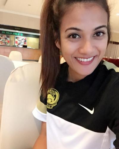 """Ngất ngây trước nhan sắc nữ cầu thủ Malaysia """"phá rào"""" đi chơi đêm"""