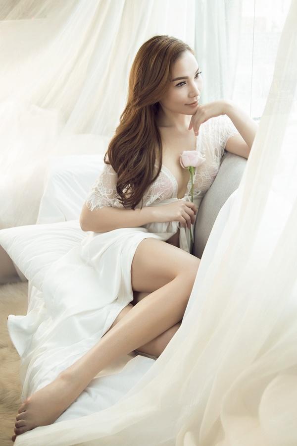 Quỳnh Thư diện váy ngủ xuyên thấu