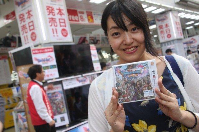 Người Nhật Bản rất cuồng Dấu ấn rồng thiêng, và bức ảnh xếp hàng dài chờ mua game này là bằng chứng