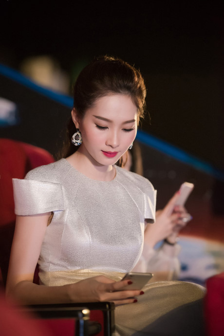 Lộ ảnh chụp lén Hồ Ngọc Hà bị chê tới tấp, Phạm Hương thì đẹp không thốt lên lời