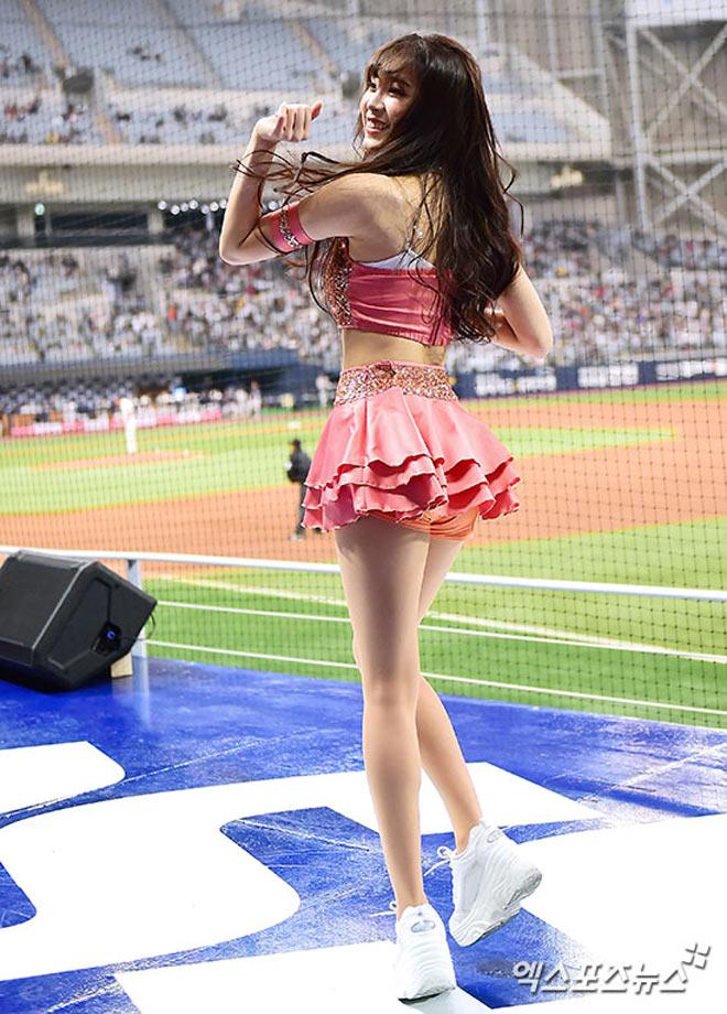 Nữ thần Hàn Quốc khiến sân bóng náo loạn