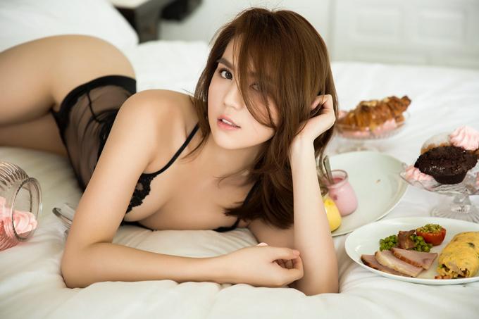 Sau vai đả nữ, Ngọc Trinh tung ảnh tiệc phòng ngủ khoe đường cong