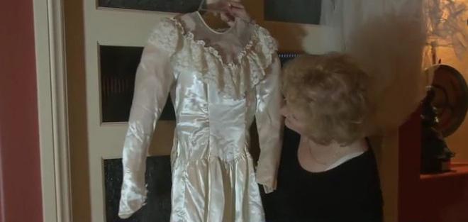 Hành trình kỳ lạ của chiếc váy cưới, từ nhà kho, bị bán đấu giá, đến tiệm đồ cũ để về lại với chủ