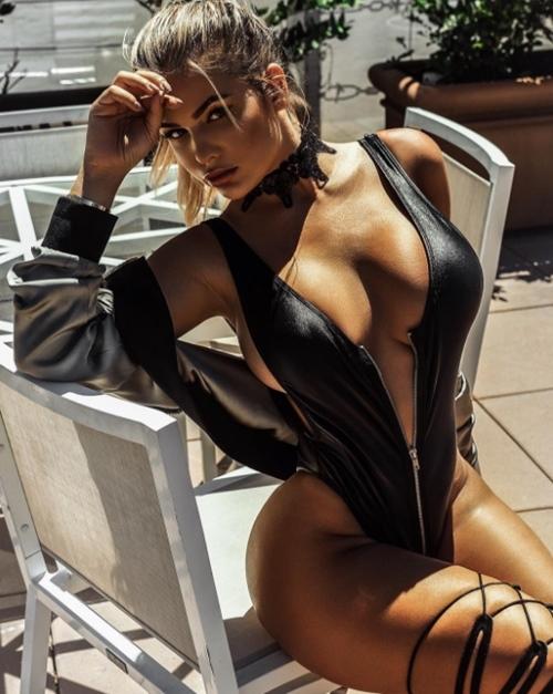 Váy áo khoe 90% cơ thể của cô gái phồn thực nhất nước Nga