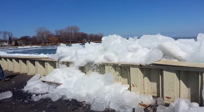 Thực hư hiện tượng sóng biển đóng băng vào giữa mùa hè nóng bức
