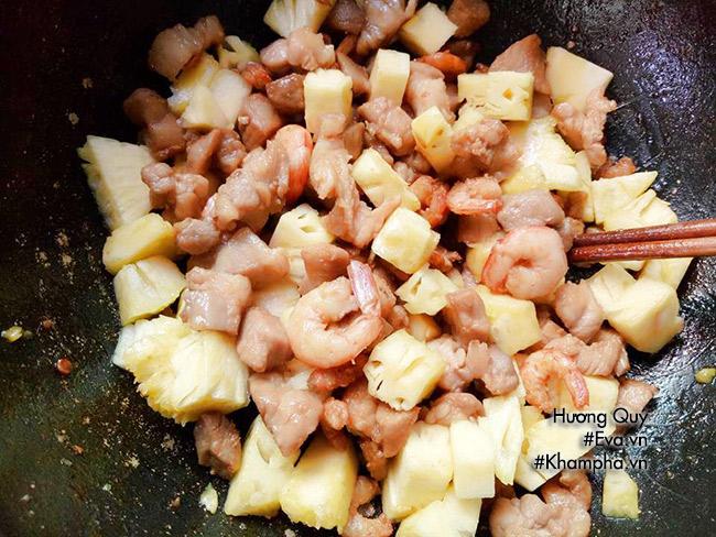 [Chế biến] - Bữa sáng no bụng với cơm chiên dứa dẻo thơm