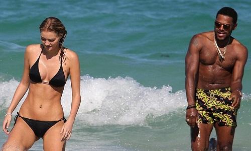 Chàng trai ăn đòn vì lịch sự với người đẹp bikini