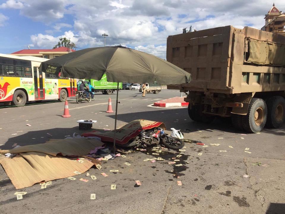 Hà Nội: Xe tải va chạm xe máy, 3 người chết thảm - Hình 1