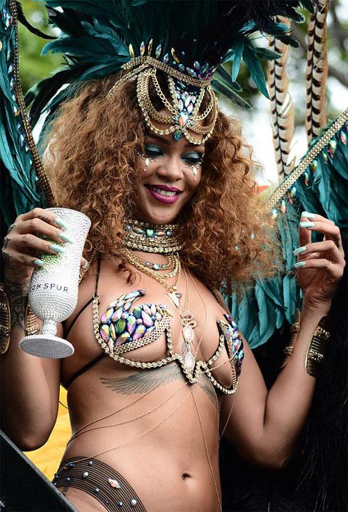 Rihanna mặc sexy tham gia lễ hội đường phố ở quê nhà