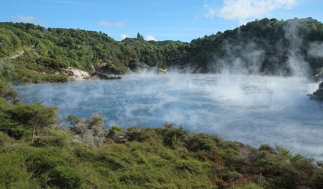 Hồ nước kỳ lạ quanh năm sôi sùng sục và bốc khói nghi ngút