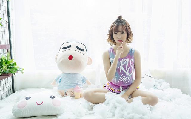 Nhức mắt với bộ ảnh Hot Streamer Mai Linh vui đùa cùng Shin - Cậu bé bút chì