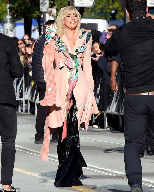 Lady Gaga kín đáo vẫn quái dị trên thảm đỏ