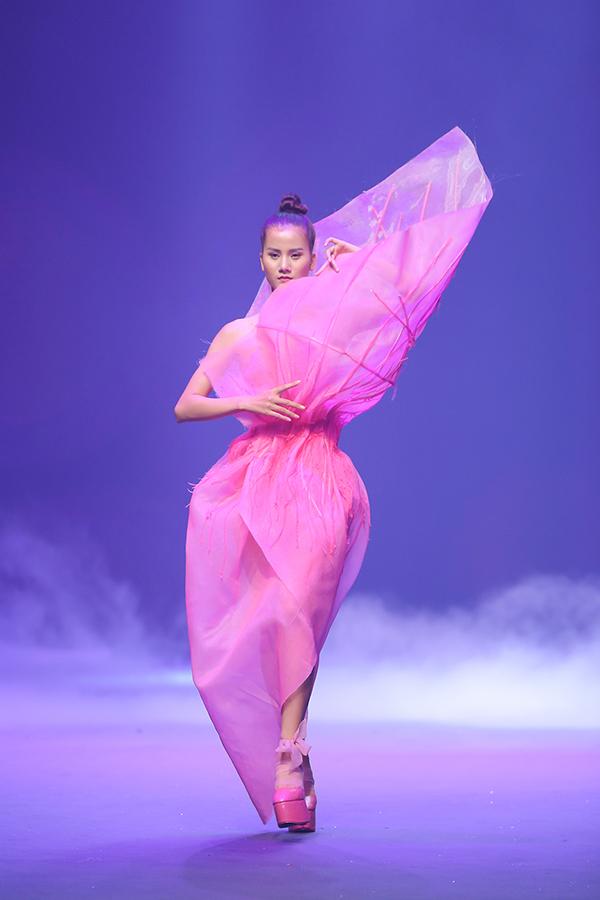 Người mẫu bị bung đế giày trong bộ sưu tập hoành tráng nhất chung kết Next Top