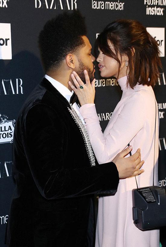 Selena Gomez đắm đuối hôn bạn trai trên thảm đỏ