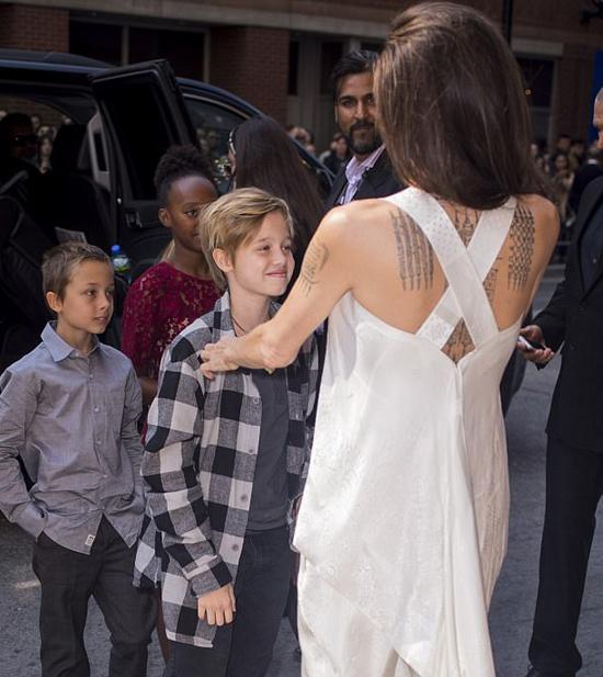 Các nhóc tỳ nhà Jolie tự tin trên thảm đỏ liên hoan phim Toronto