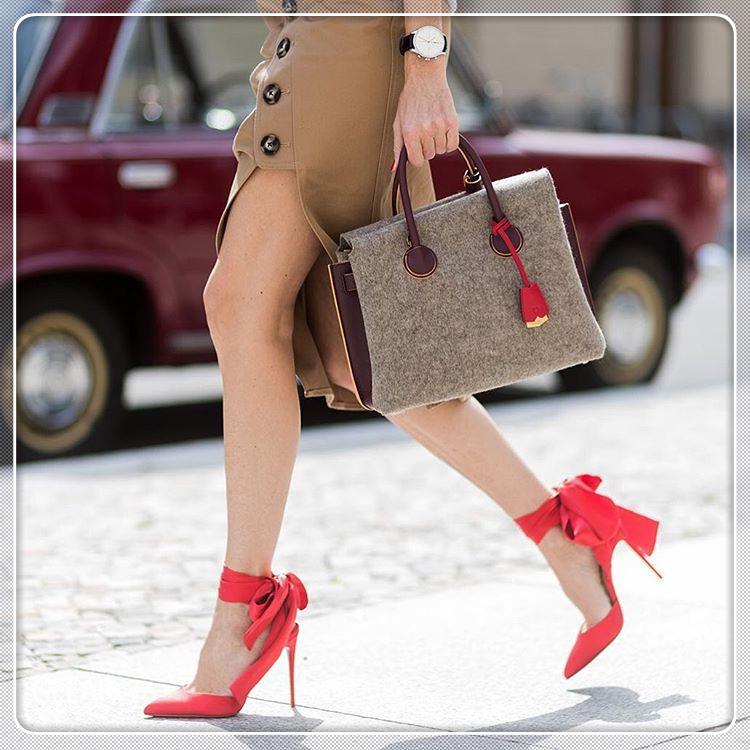 Thanh Hằng, Tóc Tiên đang lăng xê mẫu giày nào?