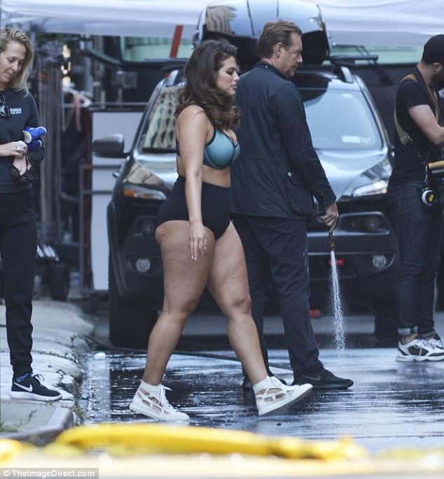 2 người mẫu sexy thản nhiên mặc mỗi đồ lót khoe thân ra đường