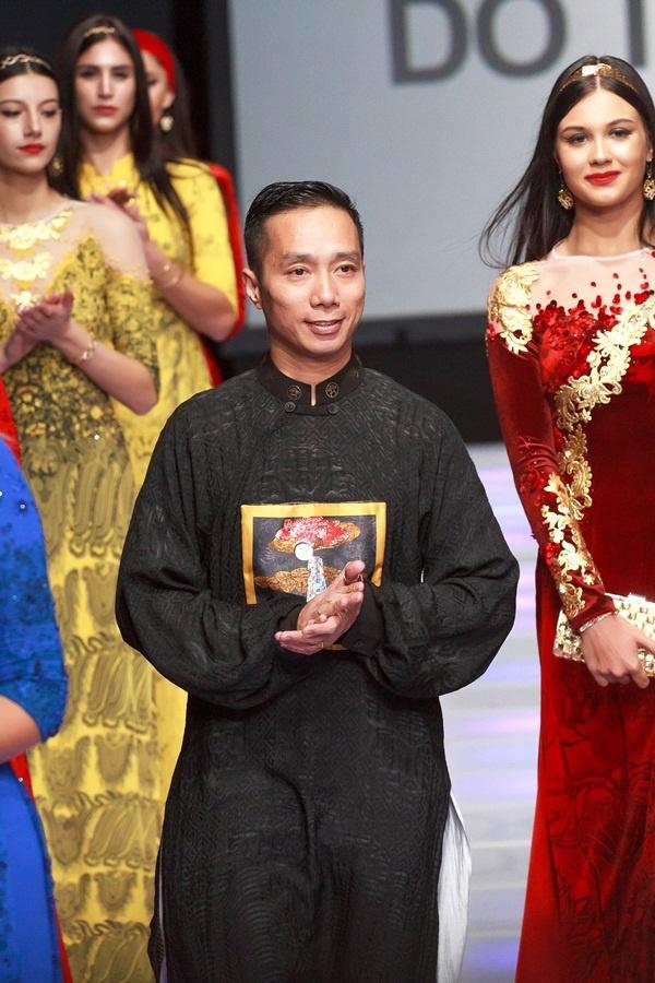 Áo dài dát vàng của Việt Nam lên sàn diễn New York