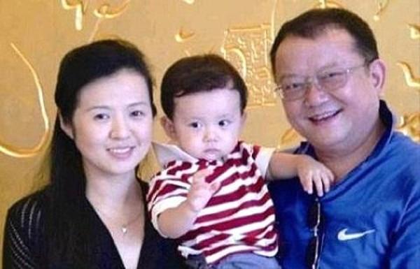 Ca sĩ Người đến từ Triều Châu hẹn hò gái trẻ kém 43 tuổi chưa là gì với nhiều sao