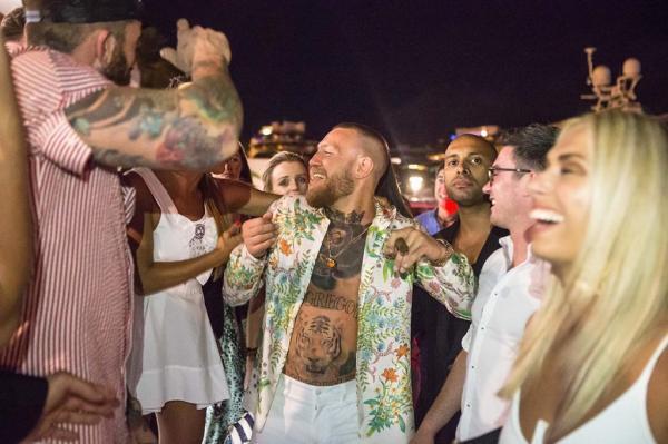 Dự tính nghỉ hết năm, McGregor tìm niềm vui ở bãi biển và hộp đêm