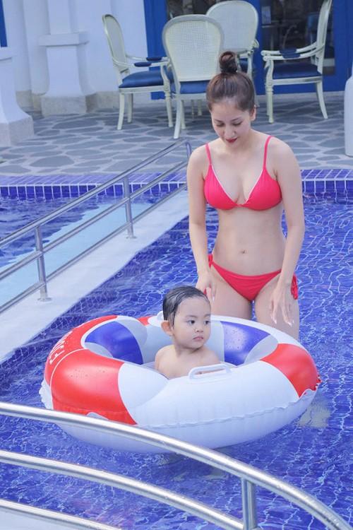 Khánh Thi diện bikini khoe dáng nuột giữ chân chồng trẻ Phan Hiển - Hình 2